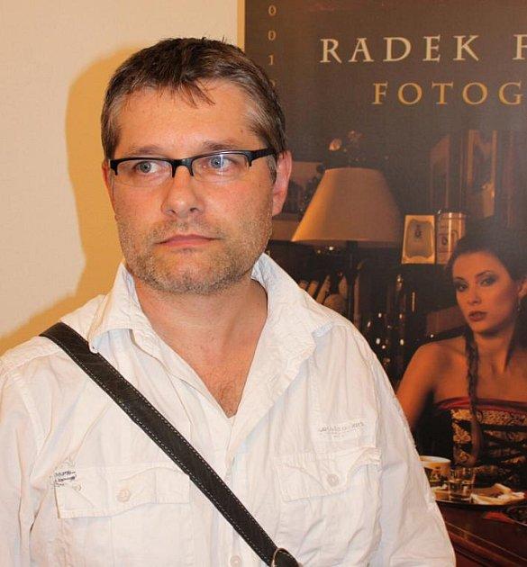 Radek Frýsa na vernisáži svých fotografií v Kunovicích.