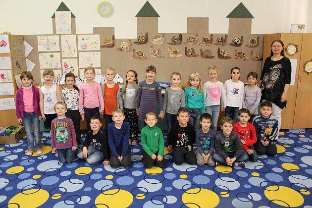 Třída 1.B ve staroměstské základní škole vedená třídní učitelkou Ivanou Buršovou.