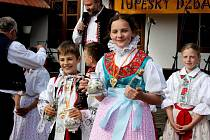 Třiadvacet zpěváčků z osmi základních škol zpívalo v Muzeu keramiky Tupesy o malované džbánečky.