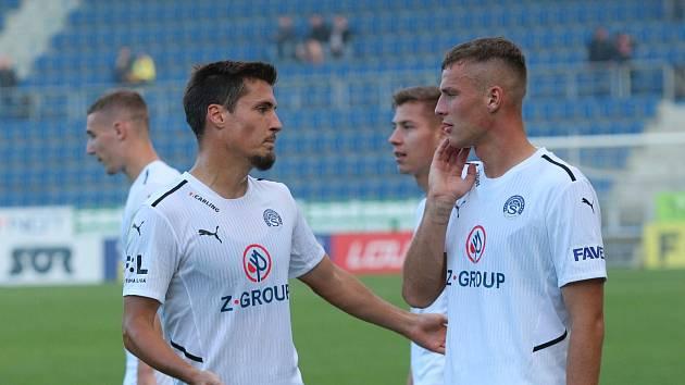 Na fotbalisty Slovácka (bílé dresy) čeká o víkendu zápas v Mladé Boleslavi.