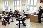 Deváťáci na ZŠ UNESCO, první den po karanténě 25. května, s ředitelem školy Janem Vorbou.