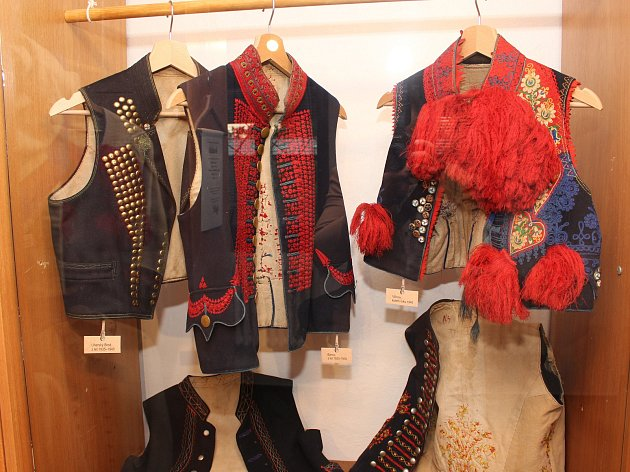 Úplně naprova je vlčnovský oděv z roku 1940. Uprostřed pak ukázka z Bánova z let 1920 až 1930 a nalevo oblečení z Uherského Brodu z let 1935 až 1940.