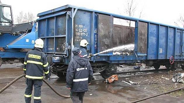Hořící vagon s kovovým materiálem zlikvidovali profesionální hasiči.