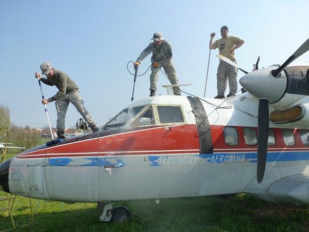 Desítky dobrovolníků se o víkendu dostavily do Leteckého muzea v Kunovicích, aby tam zdarma umyly a očistily vystavené exponáty