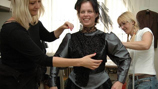 Herce oblékne známá kostýmní výtvarnice Jolana Schofield–Izbická (vlevo).