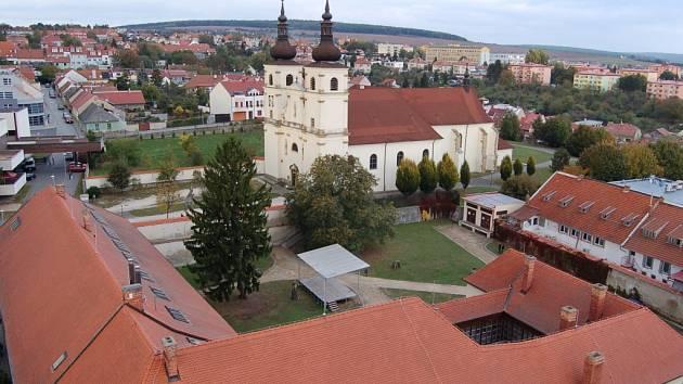 Dominikánský klášter v Uherském Brodě (v pozadí). Ilustrační foto.