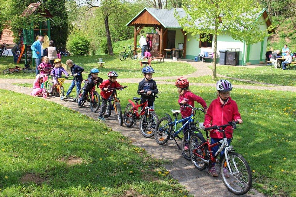 Děti v Podolí v sobotu 2. května vyrazily na svých kolech na překážkovou dráhu.