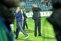 Trenér Slovácka Svatopluk Habanec nemůže uvěřit neproměněné šanci.