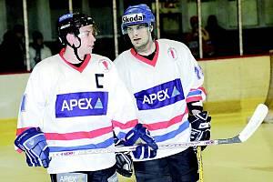 Rostislav Klesla (vpravo) si bude nejen na ledě s Adamem Šupkou určitě rozumět.