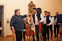 PŘED OLTÁŘEM. V kapli Vincentina koncertovala v sobotu cimbálová muzika Stanislava Gabriela se sólisty, mužským sborem z Kudlovic a dívčím sborkem Kalinka z Babic.