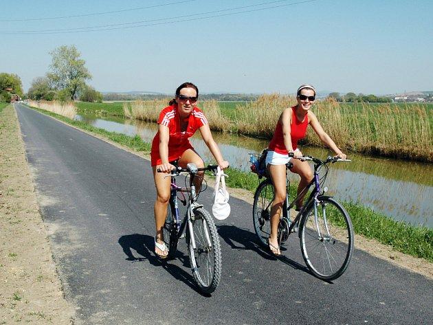 Cesta kolem Baťova kanálu již dnes láká cyklisty k projížďce.