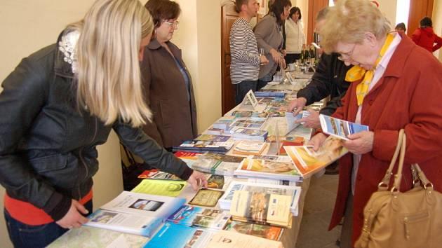 Pořadatelé nabízeli příchozím turistické brožury.