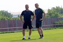 Trenér Slovácka Martin Svědík (vlevo) a vedoucí mužstva Jan Palinek při tréninku v Sadech.