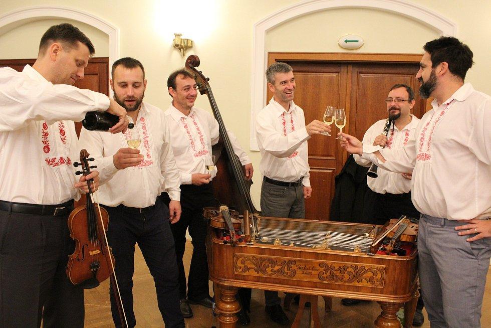 Vzhledem k nepřízni počasí byla nedělní (8. září) výstava vín v Redutě příjemným vyvrcholením XVII. ročníku Slováckých slavností vína a otevřených památek. Cimbálová muzika Cifra.