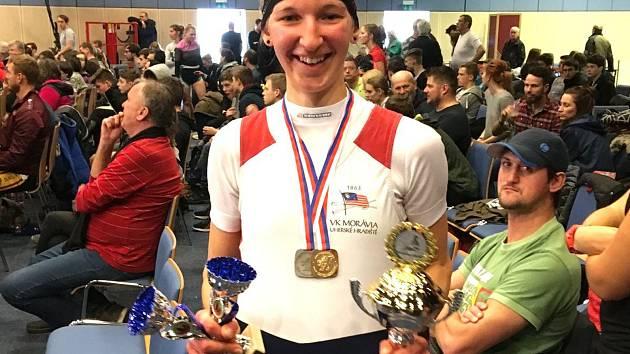 Veslařka VK Morávia Uherské Hradiště Karolína Teimerová zazářila na mezinárodním mistrovství České republiky v jízdě na veslařském trenažéru, kde v lehkých vahách žen do 23 let vybojovala titul šampionky.