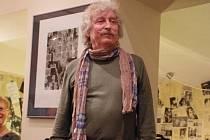 Předseda Sdružení výtvarných umělců moravsko-slovenského pomezí (SVUMSP) Milan Bouda v uherskobrodské kavárně Cafe Club.