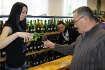 Na výstavě vín v Kudlovicích mohou její návštěvníci ochutnat 319 vzorků mladých a starších vinných moků.