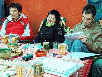 Jitka Josková (uprostřed) se svými hereckými kolegy hercem Josefem Kubáníkem a dramaturgyní Ivou Šulajovou při první čtené zkoušce komedie na zahradě režiséra Roberta Bellana.