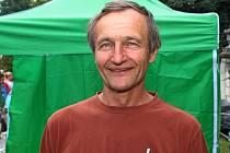 Jan Kozák patří už léta k Festival česneku vBuchlovicích, kde lidem uděluje rady, jak česnek pěstovat.