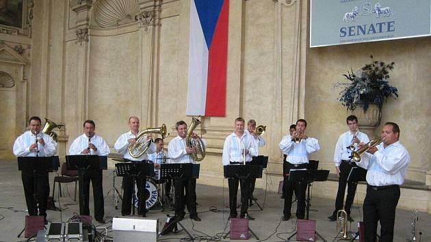 Slovácká dechová kapela v sídle Senátu ČR představila průřez svým repertoárem.