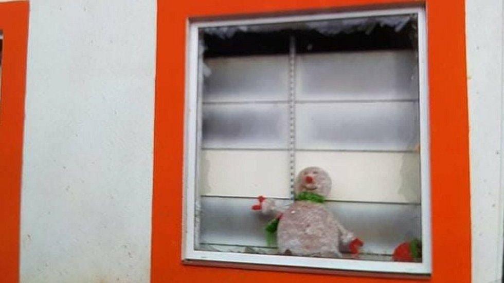 Poškozené domy po výbuchu pyrotechniky v Dolním Němčí