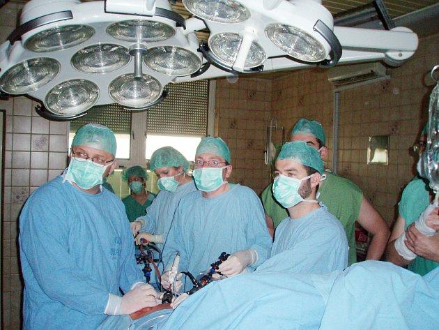 NA SÁLE. Odborníci při operaci ledviny. Vlevo Vladimír Študent, uprostřed primář David Ondra a vpravo Igor Hartmann.