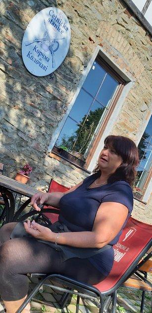 Turisté zOstrožské Lhoty vKoločavě, vkraji Nikoly Šuhaje na Zakarpatské Ukrajině. Natalia Tumarec provádí turisty po muzeu Ivana Olbrachta, je učitelkou češtiny, miluje folklór a byla to ona, kdo začal vKoločavě podporovat české turisty.