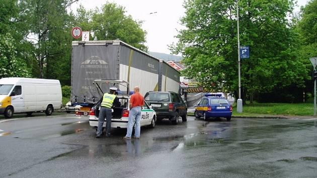 Pokud řidič zjistí, že se svým vozem pod podjezd nevejde, musí zavolat policii, která mu umožní bezpečné vycouvání.