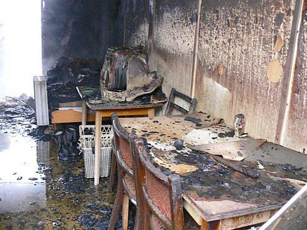 Proč ve ZlíněLoukách začaly hořet čtyři stavební buňky, hasiči zatím nevědí. Jednou z variant je i útok žháře.