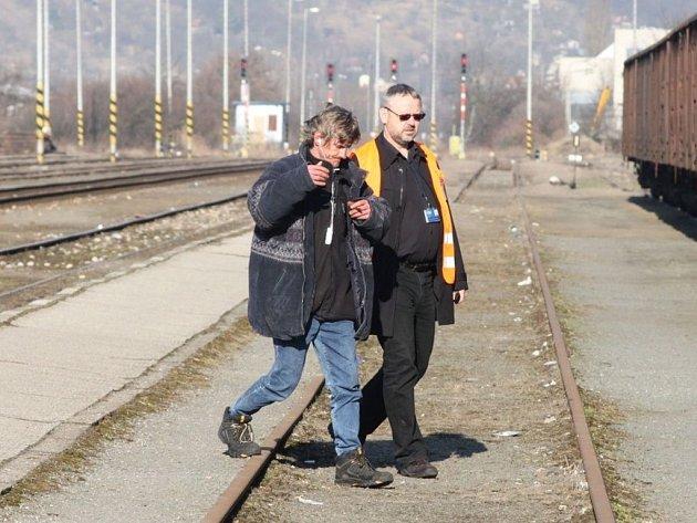 Policisté v Uherském Brodě chytali chodce na kolejích.