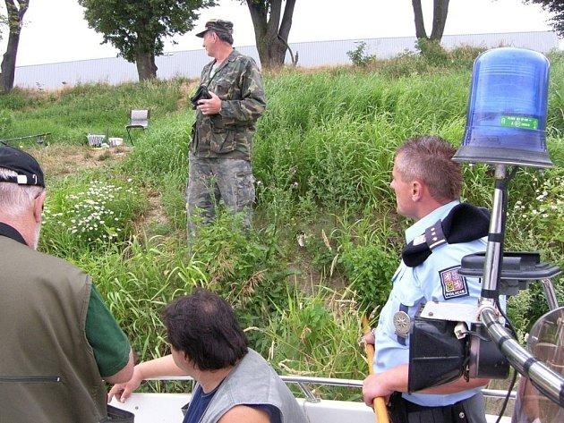Policisté společně s rybářskou stráží kontrolovali na řece Moravě rybáře.