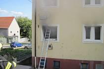 Plameny zachvátily brodský byt. Popáleného muže museli záchranáři převézt do nemocnice vrtulníkem.