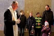 Skauti na Modré, vTupesích a na Velehradě předávali lidem světélko pomocí špejlí nebo je připalovali ze svíčky na svíčku.