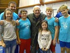 Nivnická výprava se na turnaji setkala s legendou filmového kaskadérství a bývalým vzpěračem Zdeňkem Srstkou.