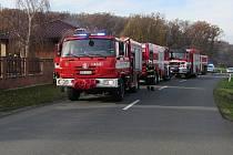 Tři jednotky hasičů zasahovaly v pátek 15. listopadu po půl jedenácté dopoledne u požáru v garáži v Částkově, kde byly zaparkované tři automobily.