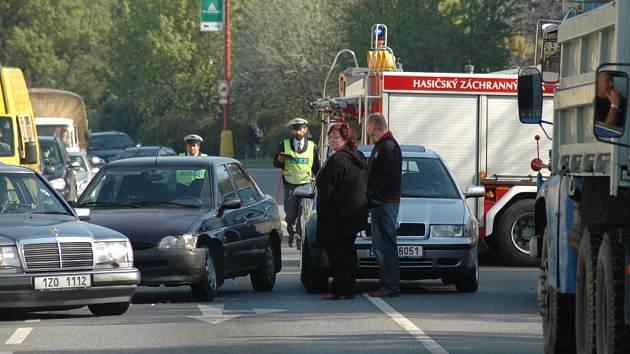 Stovky řidičů musely kvůli nehodě na hradišťské křižovatce včera hodinu nedobrovolně čekat.