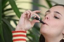 Použít elektronickou cigaretu nelze kdekoliv. A to ani přesto, že vydává jen neškodnou páru. Ilustrační foto