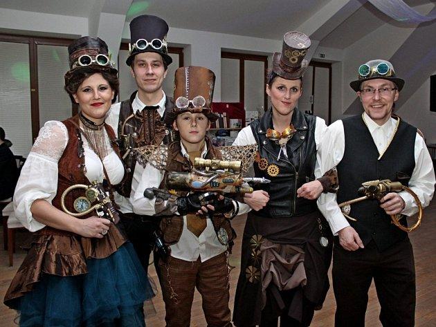 Karneval pro dospělé opanoval velehradské turistické centrum. Vítězná skupina v soutěži masek Steampunk z Velehradu