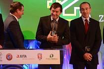Z rukou reprezentačního trenéra Pavla Vrby (vlevo) převzal ocenění trenér žen 1. FC Slovácko Petr Vlachovský (uprostřed).