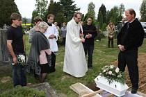 Pohřeb neznámého novorozence.