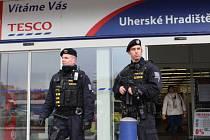 Do ulic Uherského Hradiště  vyrazilo v úterý 21. prosince hned několik po zuby ozbrojených policejních hlídek. Samozřejmostí byla i ta prvosledová (na snímku).