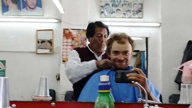 Mirek Šlegl u holiče v Jižní Americe.