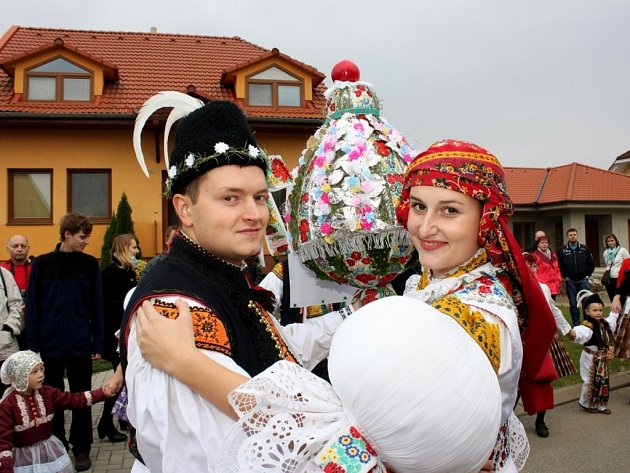 Soutěžní stárkovský pár číslo 27 - Monika Žaludová a Petr Šafařík, stárci na hodech vBabicích 15.října 2016