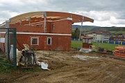 Ve Strání roste nové zázemí pro divizní fotbalisty i mládež. Nové kabiny budou hotové na jaře.