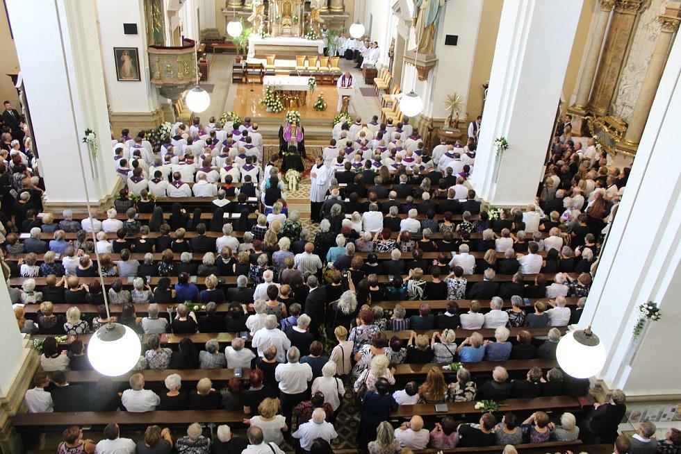Na pohřeb brodského děkana dorazilo tisíc věřících i stovka kněží. Nechyběli arcibiskup, biskupové, hejtman ani senátor