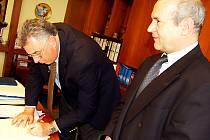 Smlouvu o vzájemné spolupráci mezi českou a americkou školou včera v Hradišti podepsali Zdeněk Botek (vpravo) a Jonathan Lewis.