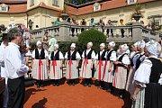 Po zahájení festivalu zapěl v zámeckém nádvoří ženský sbor z Míkovic.