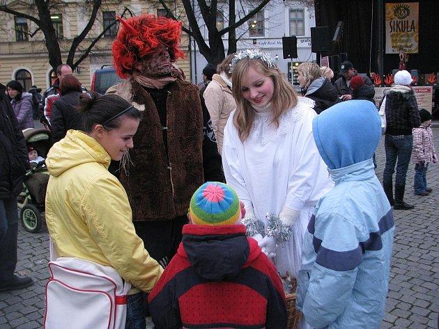Čekání na Mikuláše si čert s andělem krátil obdarováváním dětí