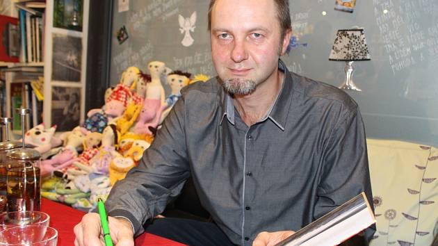 V knihovně Špalíček v Uherském Brodě měl Libor Velan autogramiádu své třetí knihy s názvem Jak chutná Slovácko a Luhačovické Zálesí.