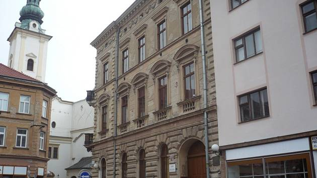 Historická budova, kde sídlí umělecká škola, by nutně potřebovala zásadní opravu.